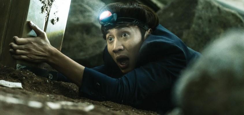 """ตัวอย่างหนังหายนะแผ่นดิบยุบ """"Sinkhole""""  ที่เปิดตัวอันดับหนึ่งในเกาหลีใต้สัปดาห์นี้   JEDIYUTH"""